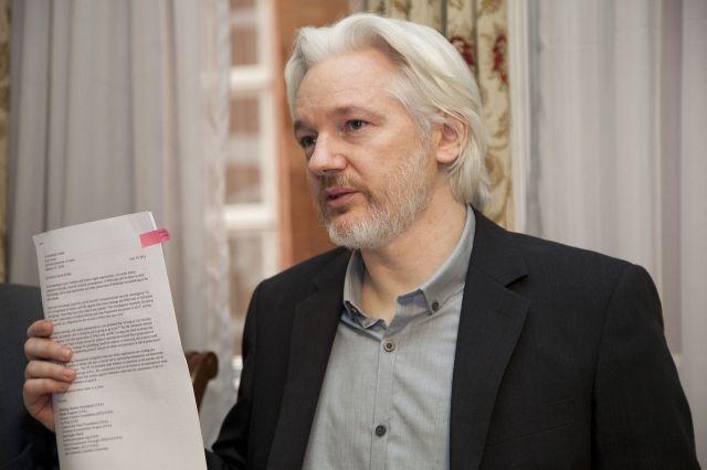 Pamela Anderson conferma la love story con Julian Assange